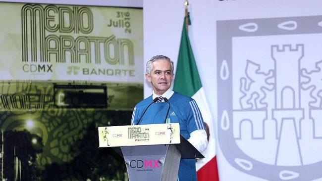Miguel Mancera encabezó la presentación de playeras y medallas para la carrera.Foto@GobCDMX)