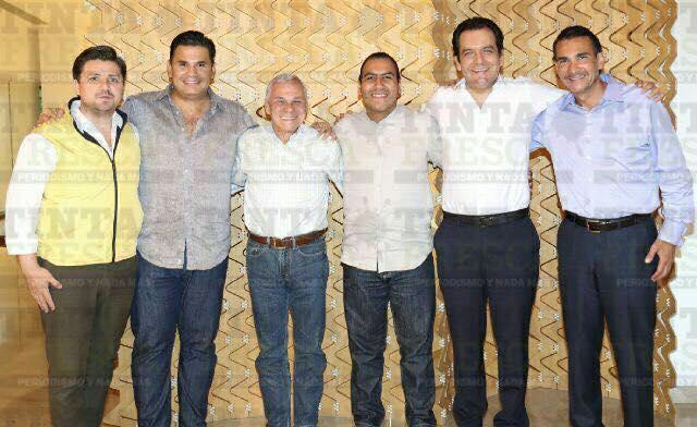 Ahí, posaron Fernando Castellanos Cal y Mayor, Willy Ochoa, José Antonio Aguilar Bodegas, Eduardo Ramírez Aguilar Roberto Albores Gleason y Luis Armando Melgar.