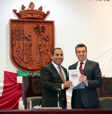 Rutilio Escandón Cadenas, entregó su Quinto Informe de Actividades al diputado Eduardo Ramírez Aguilar, presidente de la Mesa Directiva en el Congreso local.