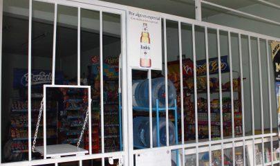 Las tiendas en Tuxtla ahora en su mayoría cuentan con rejas para prevenir asaltos.